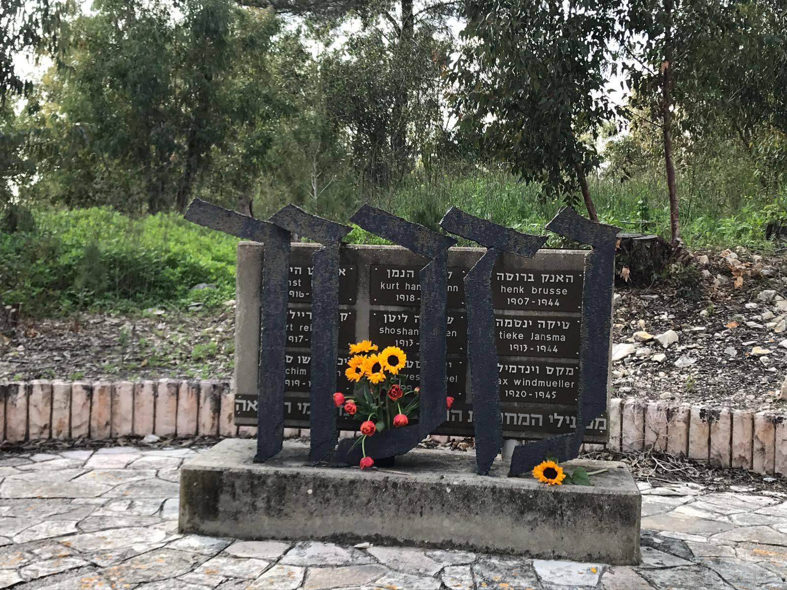 """אנדרטה לזכר תשעה מחברי מחתרת """"קבוצת ווסטרוויל"""" שנספו במלחמת העולם השניה"""