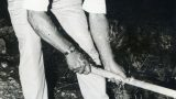 באוקה קונינג, חסיד אומות העולם, נוטע עץ בשדרת חסידי אומות העולם. קיץ 1946