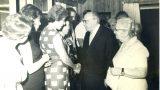 """הנשיא שז""""ר לוחץ ידי אורה גורן (לורה דורלכר) פעילת מחתרת """"קבוצת ווסטרוויל"""" 4/8/1964"""